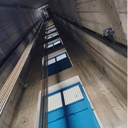 施工升降机井道安装实拍图